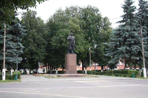 Наконец-то дошли до площади в виде ромба с Лениным. Красивый, в плаще.