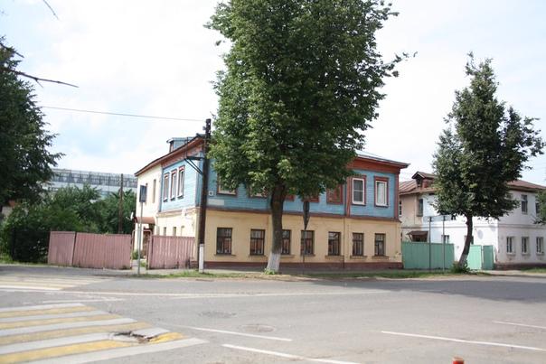 Ещё один странный дом: полтора этажа кирпичных и половинка деревянная.  Прошлый: https://vk.com/photo16174219_456261897