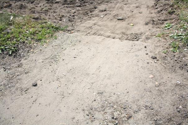 Подходим к грязи, которую оставили строители Зарайска, чтобы отремонтировать тротуар