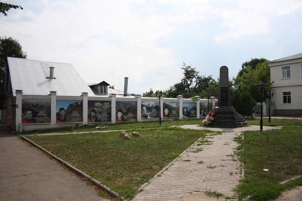 Ещё один заброшенный памятник.  Примерно такое же состояние у памятника Пожарскому: https://vk.com/photo16174219_456261899