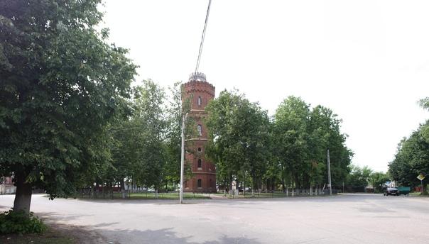 Подошли ко второй площади в виде ромба. Здесь стоит памтник архитектуры — водонапорная башня, начала XX века
