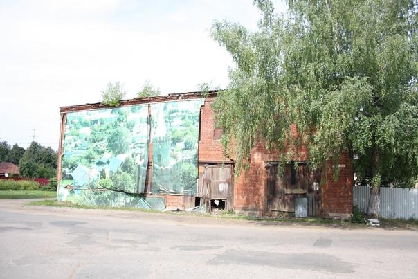 Попытались скрыть разрушенность здания, но маскировка разрушилась.