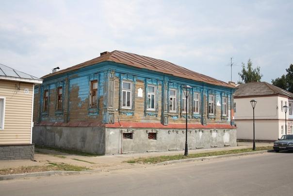 А вот красивый домик, не утопленный в землю, цокольные окна закрыли, остались только части лепнины наличников
