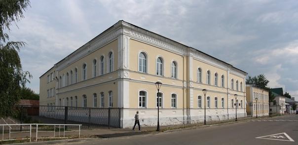 Средняя школа № 1 им. Н. Л. Мещерекова. Здание построено в 1875 году для реального училища. Раньше тут платно учились дети дворян.  Сейчас этот мужик на всех фотках будет