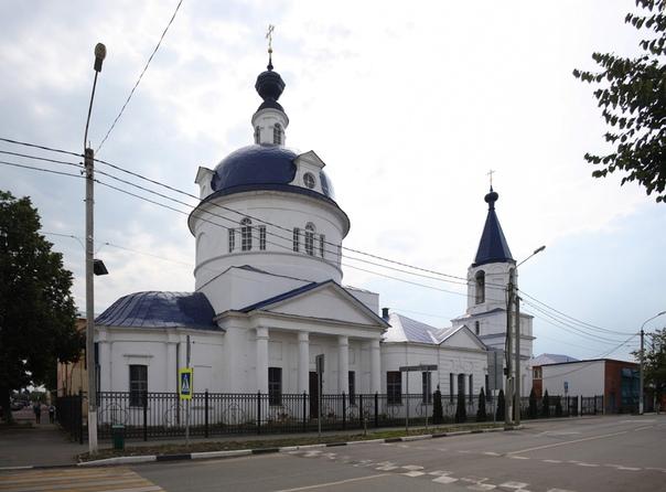 Церковь Ильи Пророка, построена в 1835 году, но основана ещё в 1612 году. Обычный классицизм с огромной ротондой в центре. Настолько она тяжеловесна, что оптически, кажется, перевешивает всё остальное.  Колокольня примерно в две трети высоты самой церкви. Впервые такое вижу.  С 1930-х в здании был литейный цех. Настоятель храма, Алексий Аманов, растрелянный в 1937 году стал новомученником. В 1996 году вновь стал храмом, всё бойко отремонтировали, 7 новых колоколов.