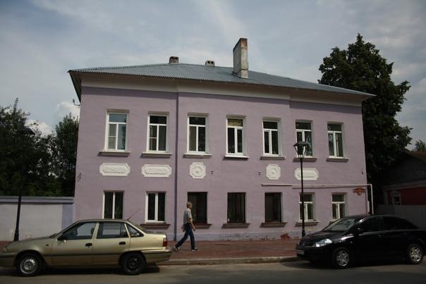 Здание тоже совсем недавно было желтеньким. Куда проебали белую блямбу справа — загадка. Её и до покраски не было.