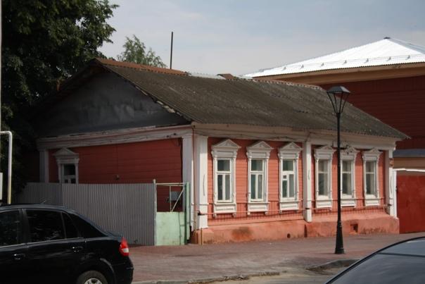 Отреставрированный, но не красивый и ровный дом. Чутка покосившийся, такова уж судьба деревянных.