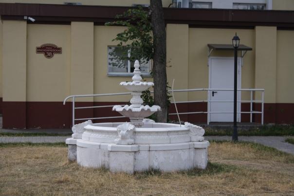 Местный фонтанчик, жаль не работает.