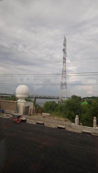 Проезжаем над рекой Окой, тут (как, видимо, везде над этой рекой) огромные электрические столбы. В районе Нижнего этой вообще Шуховские башни. Мост ремонтируют