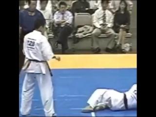 Отличная комбинация коварного Ути Хайсоку гери дзёдан в Кёкусинкай карате. Подготовка бойца http://vk.com/oyama_mas