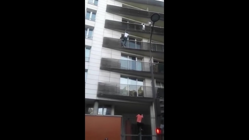 Video of Mamoudou Gassama Spiderman spectacular rescue of child in paris wows fr_HD.mp4
