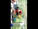 Люди сходят с ума от страха! Мост со стеклянным полом в Китае