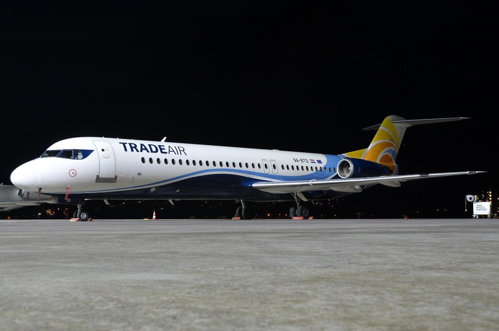 Fokker F-100 Trade Air на ночной стоянке в аэропорту