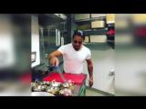 Турецкий повар готовит мясо в режиме ЗБС