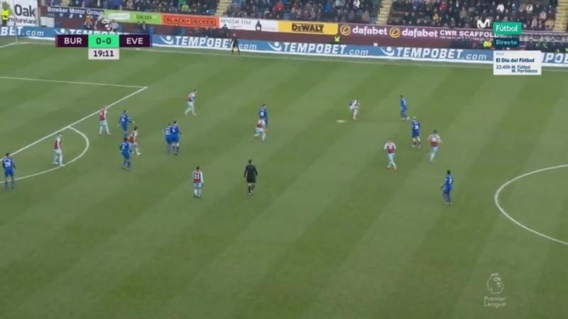 Дженк Тосун забивает гол в ворота Бернли