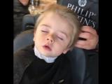 Детская стрижка. Ребенок уснул в кресле