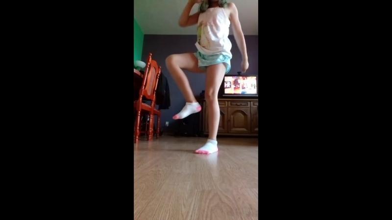 девочка показывает как нужно танцевать.