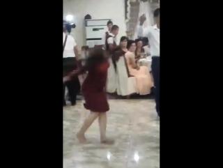 пьяная казашка танцует