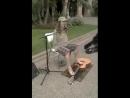 Безрукий играет на гитаре