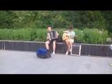 Пермяки прогуливаются по набережной под музыку