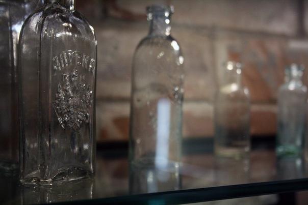 Скляночки с гербами.