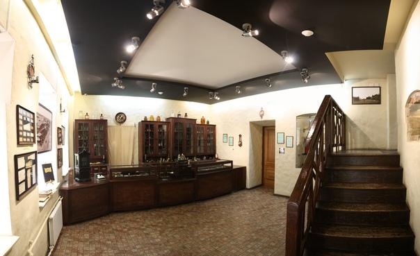 Справа двухпролётная лестница наверх, прямо дверь в переднюю (прихожую).