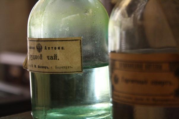 Склянка с водичкой и этикеткой Грудного чая.