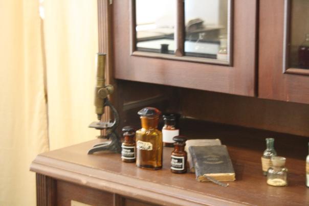 Микроскопчик очень маленький. В школе как-то раз мне давали микроскоп, там один предметный стол был с мою ладонь, а здесь предметное стекло величиной с две фаланги пальца.