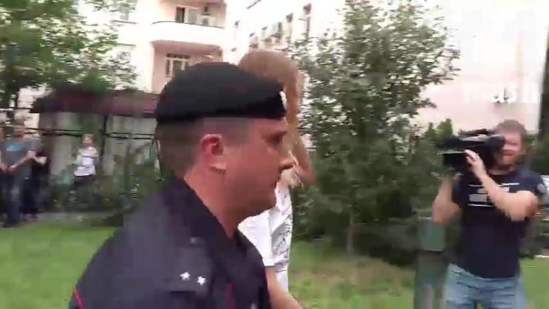 4 membres de Pussy Riot ont reçu une amende de 1500 roubles et se sont vus confisquer leurs uniformes de police.