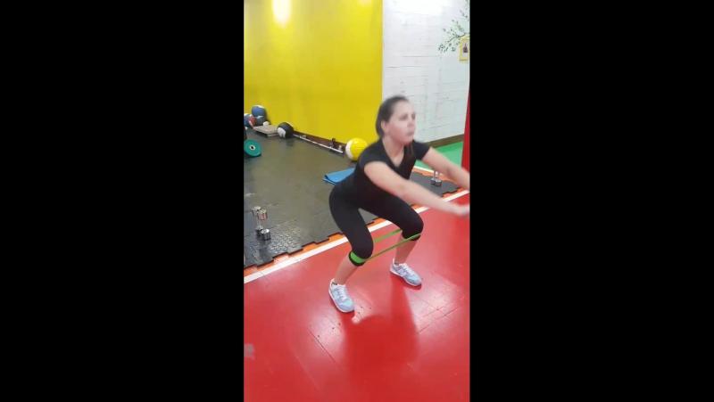 Тренировка ноги/попа с резинкой.