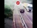 Петербуржец на минивэне выехал на встречку, врезался в отбойник, выскочил из машины и, не раздумывая, спрыгнул с моста. Все прои