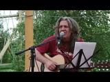 Саша Деревягин поёт