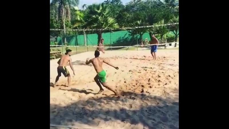 С кем бы ты сыграл в пляжный футбол