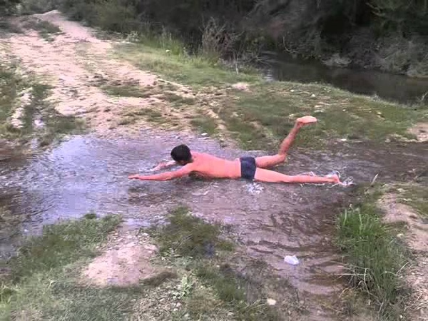 Плывет против течения и бежит по воде парень просто талант