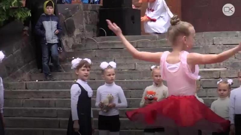 Голых детей вывели танцевать на холод 1 июня