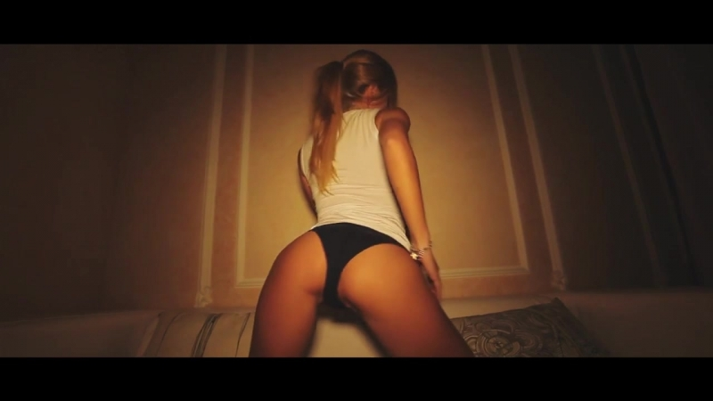 Безумно красивое видео Очень красивая девушка танцует и курит кальян Рекомендовано к просмотру