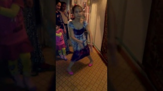Танцует юная цыганочка