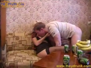 Зрелая мама угостила пивом и дала потрахать