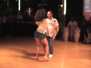 Очень красиво танцует пара, девушки учитесь