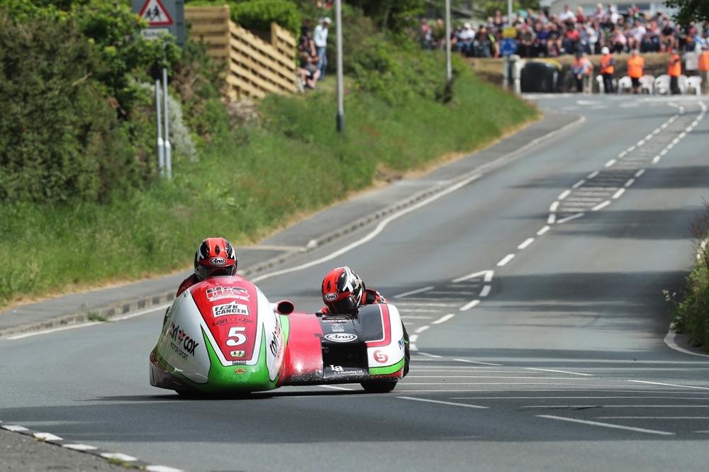 TT 2018: Братья Том и Бен Бёрчелл выиграли вторую гонку Sidecar TT 2018