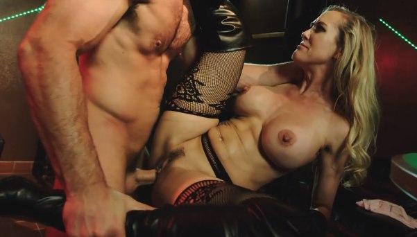Brandi Love осталась в ночном клубе ради хорошего траха.