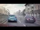 Не вписался между машинами, появилось видео жесткой аварии с участием мотобата!