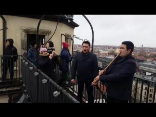 Марсель Кутуев исполняет башкирскую народную песню на башне в Германии г.Галле