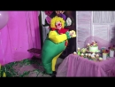 Клоун-весельчак танцует зажигательный танец