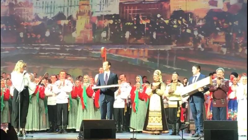 Вручение гуслей на сцене Кремлевского Дворца
