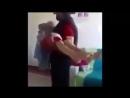 На видео сирийский мальчик по имени Абдул Моен-аль-Хассан, безутешно кричащий: «Папа...мои глаза...я не вижу. Он не сможет см