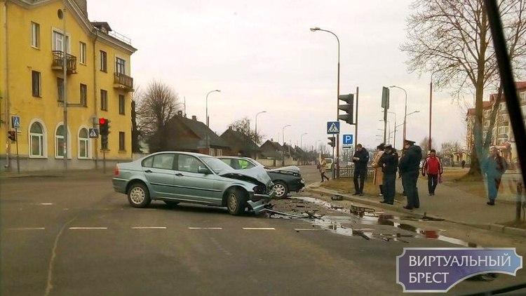 На перекрёстке Республиканской и Спортивной утром столкнулись AUDI и BMW