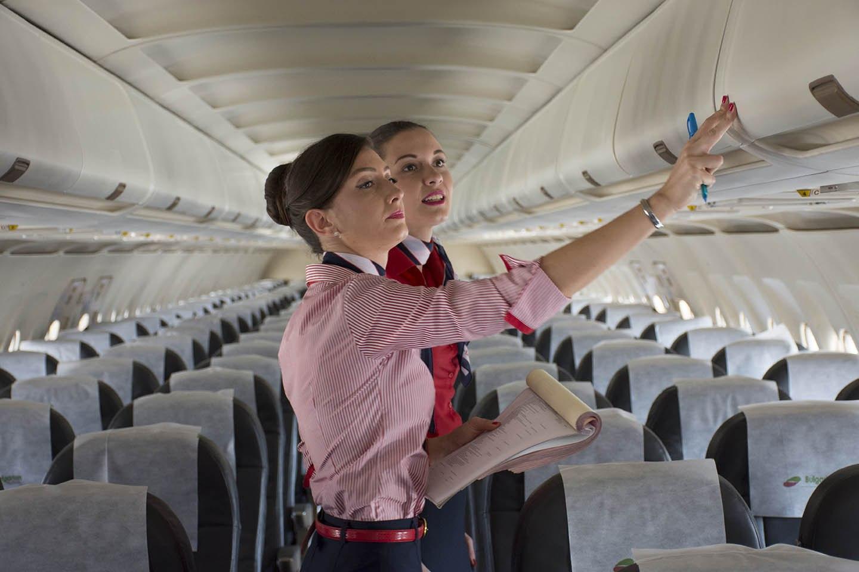 Предрейсовый осмотр салона самолета