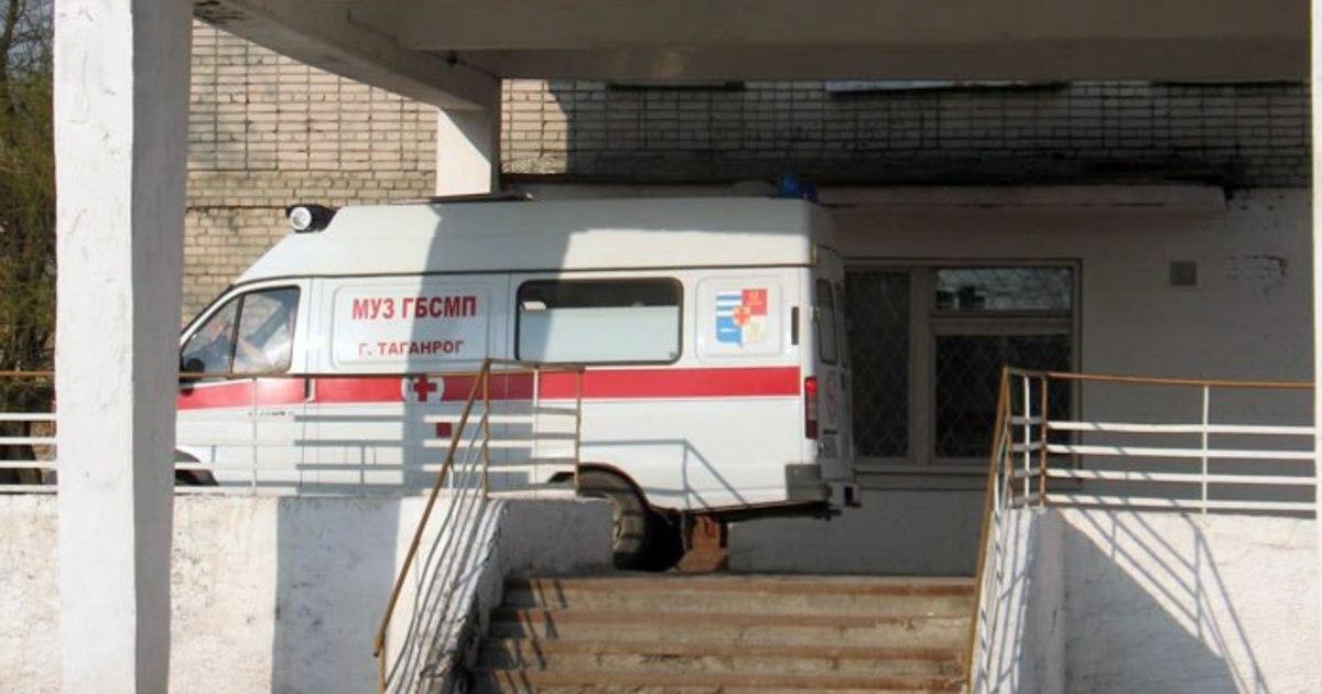 Под Таганрогом мопед врезался в столб, двое пострадавших
