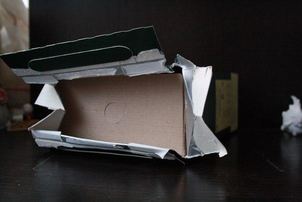 Вскрывается довольно просто: протягом за ручки рвётся упаковка. Упаковка в специальном картоне, чтобы не пускать влагу внутрь — не страшен дождь и сырость, что было нам на руку, ведь все три дня концерта лил дождь.